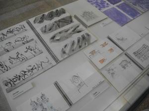 Vitrina con cuadernos de bocetos y viajes.
